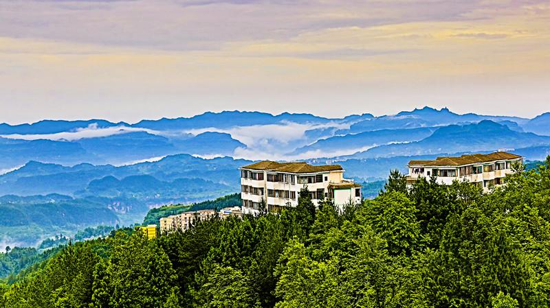 中国优秀旅游城市利川市,位于湖北省西南部,地处神秘的北纬30线上,是世界25首优秀民歌《龙船调》的故乡,八百里清江的发源地。这里林海苍翠,空气清新,冬无严寒,夏无酷暑,被誉为天然氧吧、清凉之城,是发展全域旅游的天赐福地,也是人们休闲康养避暑胜地。   近几年来,利川以五大发展理念为引领,立足资源优势,顺应市场需求,以乡村民宿旅游为突破口,全力推进全域旅游发展,取得令人瞩目的成效。今年1至10月,全市接待游客1100多万人次,实现旅游收入近60亿元。其中,乡村民宿的发展,更是利川旅游在极短时间内