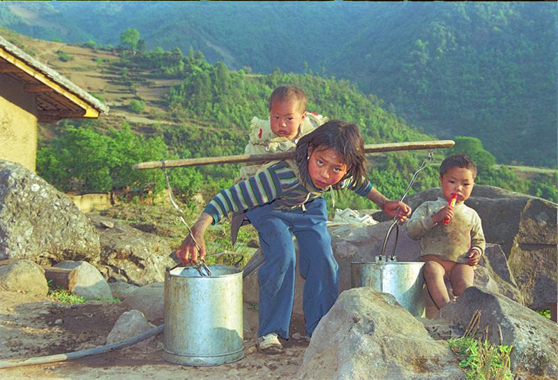 姐姐拍摄_挑水路上的三姊妹,挑水的大眼睛女孩是姐姐,背上的是妹妹胡小林 拍摄