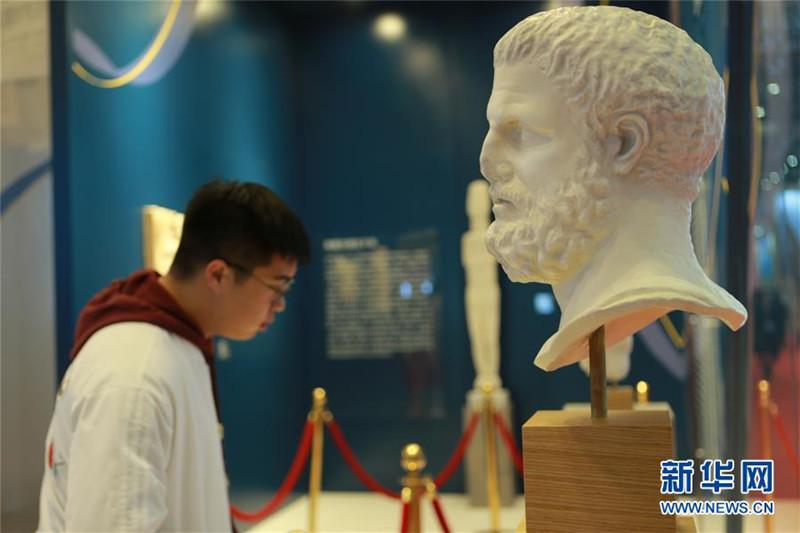 8. 11月6日,参观者在第二届进博会希腊国家馆参观。 新华社记者 鱼澜 摄.jpg