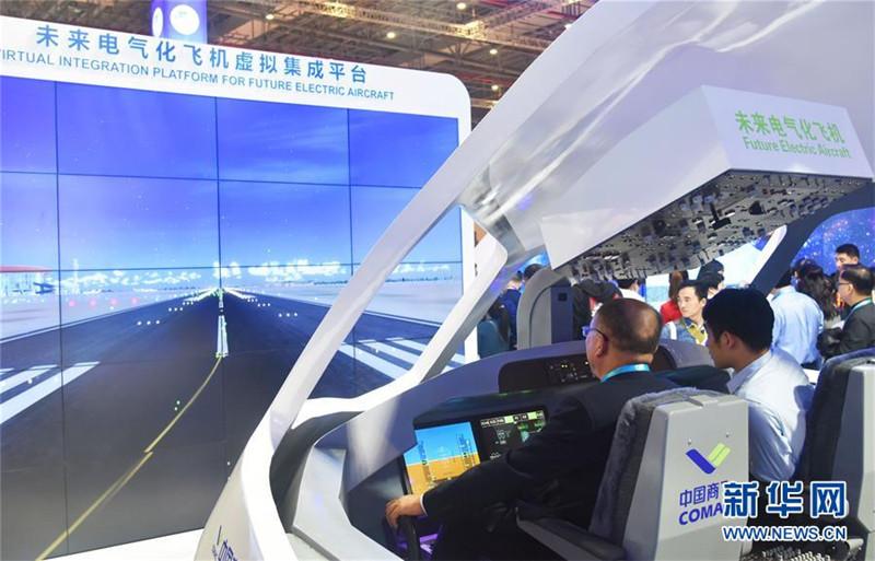 """12. 11月6日,在第二届进博会中国馆""""创新中国""""单元的未来电气化飞机虚拟集成平台,观众在体验中国商飞大型客机模拟驾驶舱操作。 新华社记者 魏海 摄.jpg"""